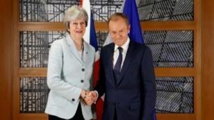 رئيسة الوزراء البريطانية تيريزا ماي ورئيس المجلس الأوروبي دونالد توسك خلال لقاء ثنائي على هامش قمة أوروبية عقدت في بروكسل في 24 تشرين الثاني/نوفمبر 2017
