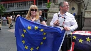 Des militants pour le maintien du Royaume-Uni dans l'UE peinent à convaincre les passants.