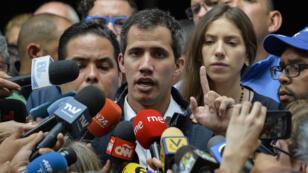 Juan Guaido, président autoproclamé du Venezuela, s'adresse à la presse, à la sortie de l'église San Jose de Caracas, le 27 janvier 2019.