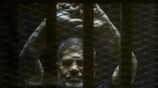 مرسي في قفص الاتهام في 2 حزيران/يونيو 2015