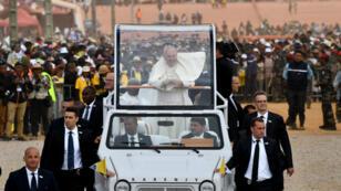 Le pape François salue la foule à Antananarivo, le 8 septembre 2019.