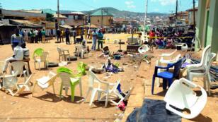 Des Nigerians devant le lieu de l'attentat à Jos qui a fait 44 morts, dimanche 5 juillet