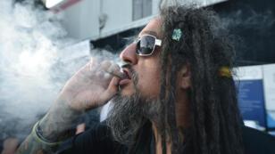 Un fumeur de cannabis à la DOPE Cup, première compétition de cannabis dans l'Oregon.