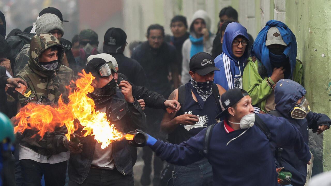 Un manifestante arroja una bomba de gasolina durante una protesta contra las medidas de austeridad del presidente de Ecuador, Lenín Moreno, en Quito, Ecuador, el 9 de octubre de 2019.