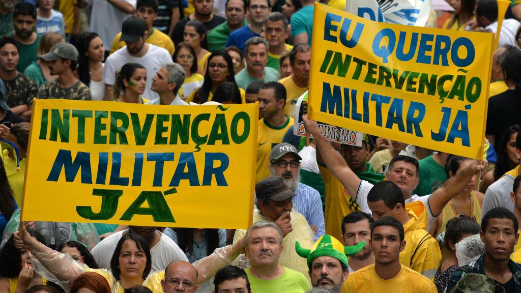 """En 2015, des manifestants appelant à une """"intervention militaire maintenant"""" en 2015 pour protester contre la présidente de l'époque, Dilma Rousseff."""
