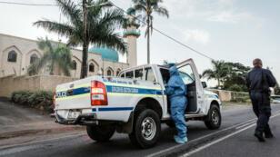 La police sud-africaine devant la mosquée de Verulam, dans la banlieue de Durban, où s'est produite l'attaque au couteau, jeudi 10 mai.