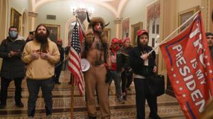 Partidarios del Presidente de los EE.UU. Donald Trump entran en el Capitolio de los EE.UU. el 6 de enero de 2021, en Washington, DC. Los manifestantes violaron la seguridad y entraron en el Capitolio mientras el Congreso debatía la Certificación de Voto Electoral para las elecciones presidenciales de 2020.