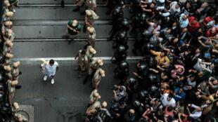 La flamme olympique est arrivée à Rio au son de la samba et des cris de colère de manifestants brésiliens.