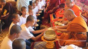 Los jóvenes rescatados de una cueva en el norte de Tailandia en su última ceremonia como parte de un retiro budista para agradecer su rescate y recuperarse espirtualmente.