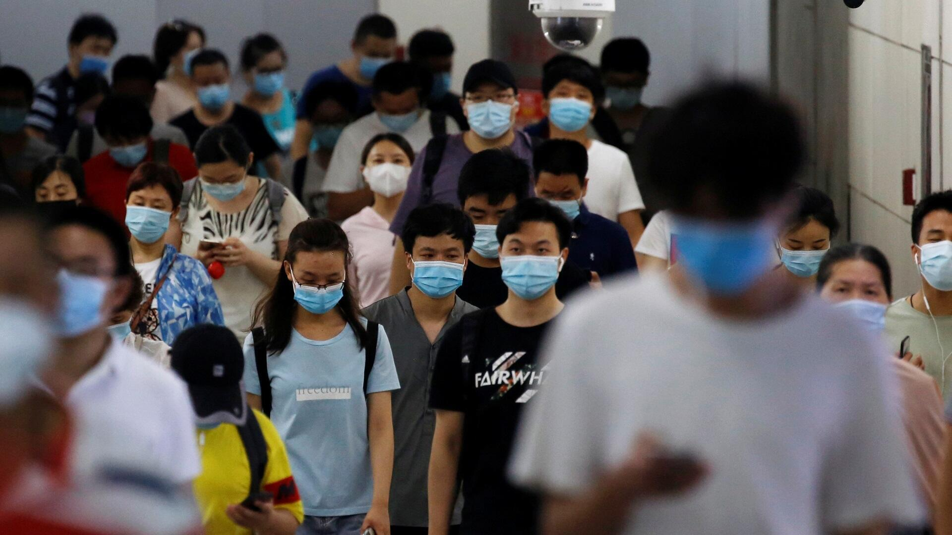 أشخاص يرتدون الأقنعة الطبية في إحدى محطات المترو بالعاصمة الصينية بكين للوقاية من فيروس كورونا، 14 يوليو/تموز 2020.