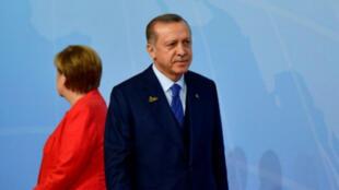 الرئيس التركي رجب طيب أردوغان والمستشارة الألمانية أنغيلا ميركل أثناء قمة مجموعة العشرين في هامبورغ 7 تموز/يوليو 2017.