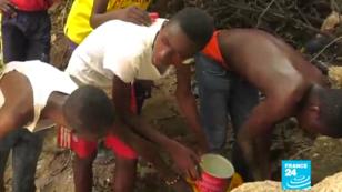 À Bouaké, certains habitants doivent parcourir des kilomètres pour se ravitailler en eau.