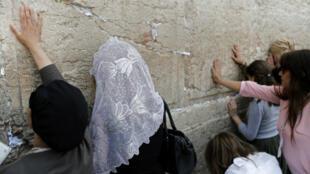 Mujeres rezan en el Muro de las Lamentaciones en Jerusalén