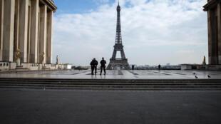 ساحة تروكاديرو في باريس خالية وبرج ايفل في 17 اذار/مارس 2020