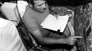 Un ingénieur teste le Apollo Guidance Computer.
