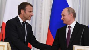 Le président français Emmanuel Macron et son homologue russe Vladimir Poutine, le 24 mai 2018, à Saint-Pétersbourg.