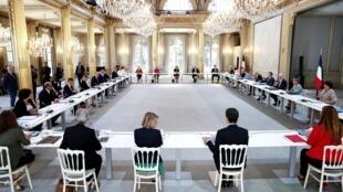 جلسة للحكومة الفرنسية الجديدة بقصر الإليزيه في 7 تموز/يوليو 2020 بحضور الرئيس إيمانويل ماكرون ورئيس الوزراء الجديد جان كاستيكس
