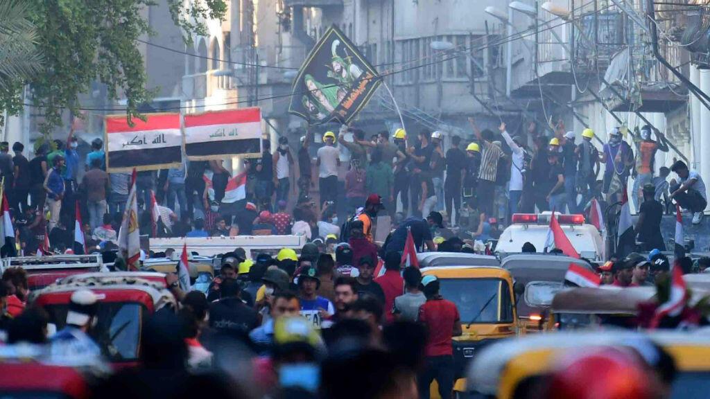 Manifestantes que se congregaron en la calle Al Rasheed, cerca a la plaza Al Tahrir, en Baghdad, Irak.