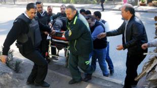 Évacuation de l'un des blessés de l'attaque du 9 décembre 2016 au Caire.