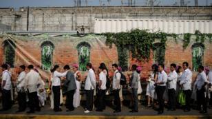 """Des couples font la file pour un """"mariage de masse"""" à Manille aux Philippines, le 14 février 2014."""