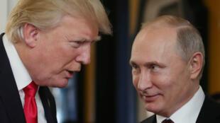 الرئيس الروسي فلاديمير بوتين (يمين) والرئيس الأمريكي دونالد ترامب (يسار)