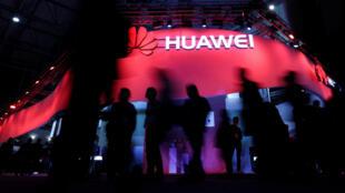 Des visiteurs devant le stand de Huawei au Congrès mondial du mobile à Barcelone, Espagne, le 27 février, 2017.