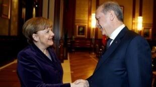 الرئيس التركي رجب طيب أردوغان مصافحا المستشارة الألمانية أنغيلا ميركل في شباط/فبراير 2016