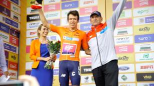Rigoberto Urán (Education First) con la camiseta naranja de líder del Tour Colombia 2.1 posa junto a Martín Emilio 'Cochise' Rodríguez, figura histórica del ciclismo colombiano, en Medellín, Colombia, el 12 de febrero de 2019.