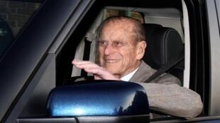 الأمير فيليب يقود سيارته عقب خروجه من مستشفى بابوورث في إنكلترا في 27 ديسمبر/كانون الأول 2011.