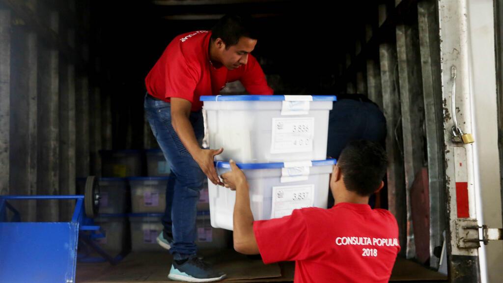 Las últimas papeletas para la Consulta Popular del 15 de abril de 2018, en la que los guatemaltecos decidirán si se debe presentar o no ante la Corte Internacional de Justicia el histórico pleito territorial con Belice, son enviadas a los puestos de votación de la Ciudad de Guatemala, Guatemala, el 14 de abril de 2018.