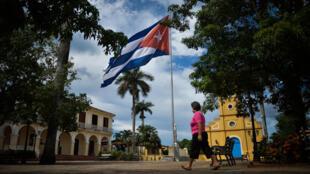 Después de tres meses de fronteras cerradas por la pandemia, Cuba retomó el turismo internacional el 1 de julio pero únicamente en los paradisíacos islotes o cayos que bordean su territorio, sin que haya prácticamente contacto con la población