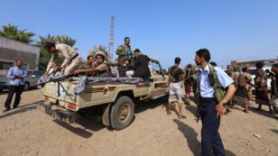 Los rebeldes hutíes viajan en la parte trasera de un camión mientras se retiran del puerto de Hodeida, Yemen, como parte del acuerdo de cese el fuego patrocinado por la ONU, firmado en Suecia a principios de diciembre. Foto del 29 de diciembre de 2018.