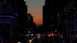 Gente camina en medio de la oscuridad en calles cercanas a Times Square durante el apagón en Manhattan, Nueva York, el 13 de julio de 2019.