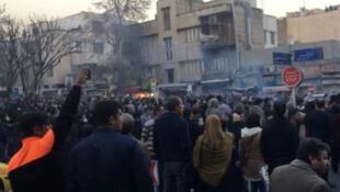 Iraníes protestan en las calles por las políticas económicas del gobierno que no han dado los resultados esperados