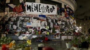 Place de la République, des fleurs, des bougies et des mots en mémoire des victimes des attentats de l'année 2015.