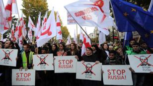 Plus de 30 000 manifestants se sont joints aux leaders de l'opposition pour protester contre la politique russe envers la Géorgie.