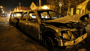 L'une des voitures incendiées durant les échauffourées à Beuamont-sur-Oise, le 23 novembre.