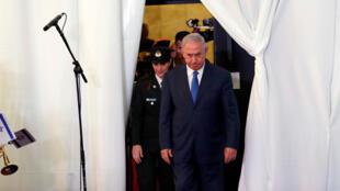 El primer ministro israelí, Benjamin Netanyahu, observa cuando llega a revisar una guardia de honor con su homólogo etíope, Abiy Ahmed, durante su reunión en Jerusalén el 1 de septiembre de 2019