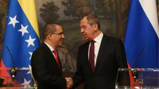 El ministro de Relaciones Exteriores de Rusia, Sergei Lavrov (Derecha), y el ministro de Relaciones Exteriores de Venezuela, Jorge Arreaza, se dan la mano mientras dan una conferencia de prensa en Moscú el 5 de mayo de 2019.