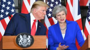 الرئيس الأمريكي دونالد ترامب الثلاثاء في مؤتمر صحفي عقده في لندن مع رئيسة الوزراء البريطانية المستقيلة تيريزا ماي 4 يونيو/حزيران 2019