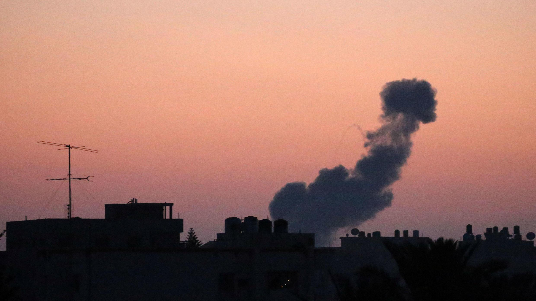 El humo se eleva después de un ataque aéreo israelí en el centro de la Franja de Gaza el 20 de junio de 2018.
