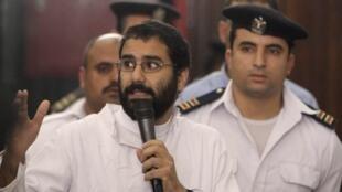 الناشط المصري المعارض علاء عبد الفتاح خلال محاكمته في 14 نوفمبر/تشرين الثاني 2014.