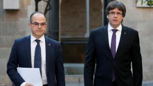 El presidente catalán, Carles Puigdemont (R), camina con el consejero de la Presidencia de la Generalitat, Jordi Turull, cuando llegan para celebrar una reunión de gabinete en la sede del gobierno regional, la Generalitat, en Barcelona,