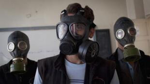Des volontaires portent des masques, au cours d'une formation sur les attaques chimiques, à Alep, en septembre 2013.