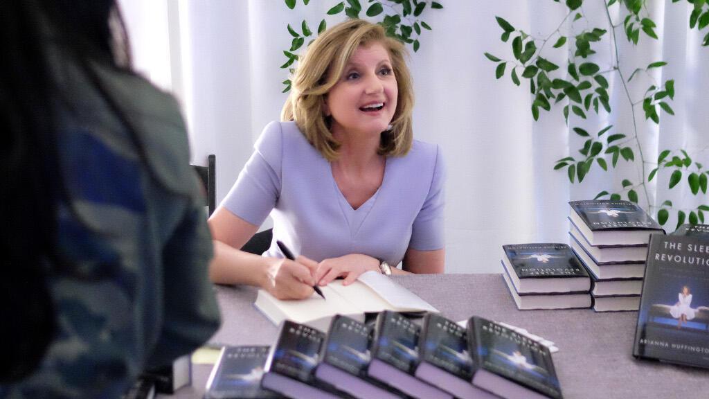 Arianna Huffington signe des livres, le 31 mars 2016, à New York.