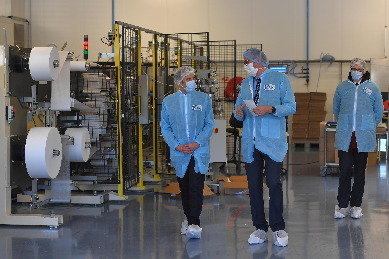 El presidente Macron visita la PYME Kolmi-Hopen, que fabrica tapabocas, el 31 de marzo de 2020 en Saint-Barthélémy-d'Anjou, cerca de Angers.