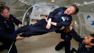 En 2007, l'astrophysicien Stephen Hawking a flotté dans un avion qui a effectué un vol parabolique au-dessus de l'Atlantique.