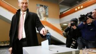 Le candidat du FPÖ, Norbert Hofer, dimanche 24 avril 2016, dans un bureau de vote de Pinkafeld, à 120 km environ au sud de Vienne.
