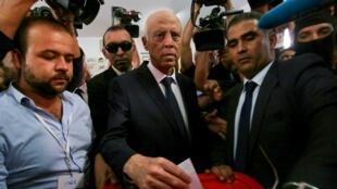 قيس سعيّد يدلي بصوته في الانتخابات الرئاسية التونسية. 13 أكتوبر/تشرين الأول 2019.