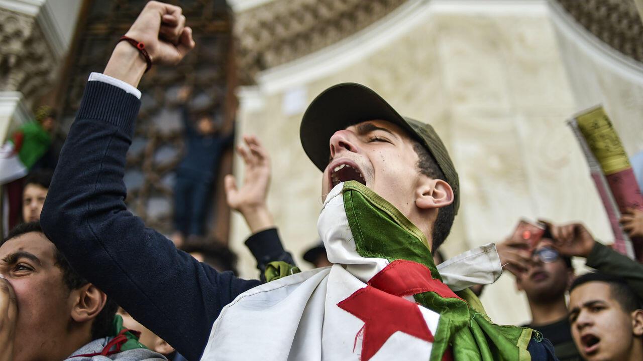 Des étudiants algériens scandent des slogans alors qu'ils manifestent à Alger contre la candidature du président algérien Abdelaziz Bouteflika, le 10mars2019.